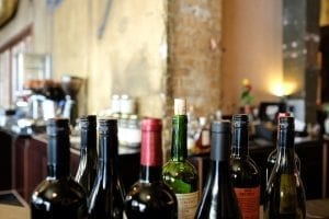 wijn met een schroefdop en kruk